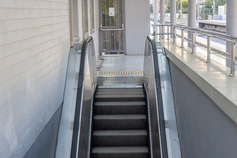 Främre horisontalskott av den mekaniska trappan arkivbild
