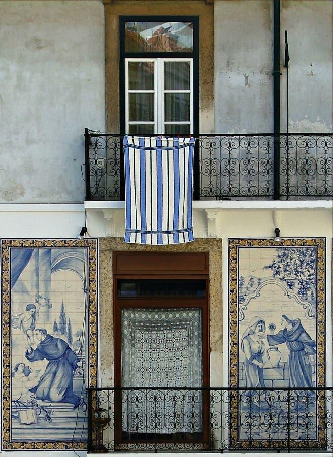 främre huslissabon belade med tegel gammala portugal royaltyfri fotografi