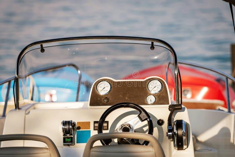 Främre konsol för motorbåtar med mäta instrument Närbildfotografi arkivfoton