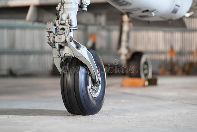 Främre landningkugghjul av flygplan på jordning arkivfoto