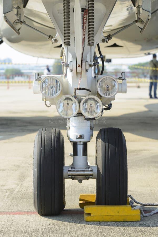 Främre ljus för landningkugghjul och flygplan royaltyfri fotografi