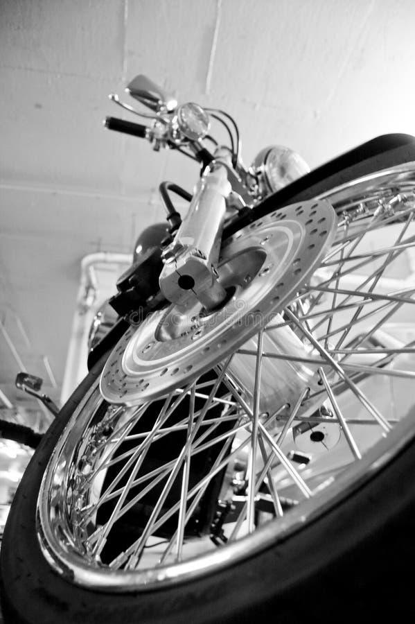 främre motorcykelgummihjul arkivbilder