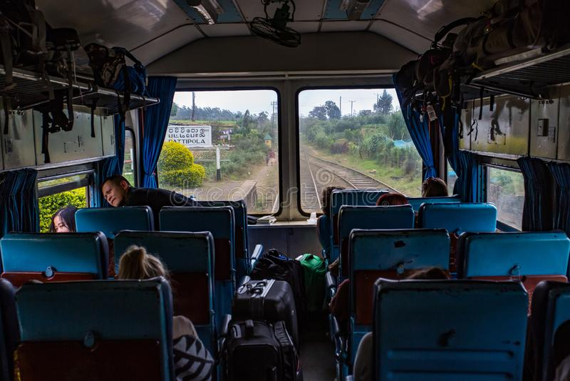 Främre observationsvagn för sikt från inre på Kandy till Ella den järnväg turen i Sri Lanka royaltyfri bild