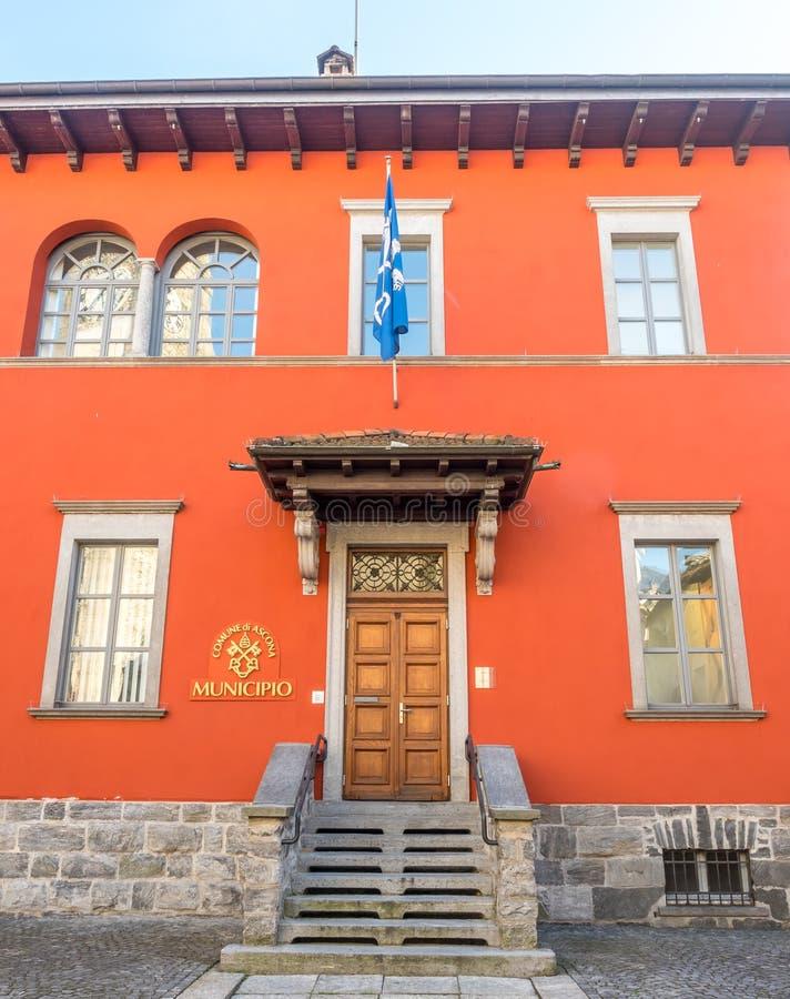 Främre orange byggnad i Locarno, Schweiz arkivfoton