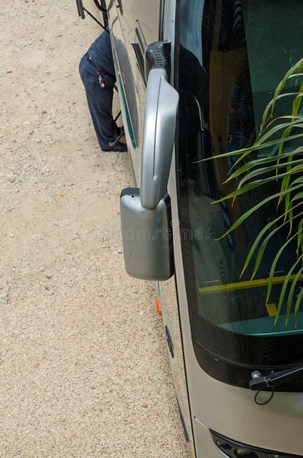 Främre sida av en buss som visar spegeln för bakre sikt royaltyfri fotografi