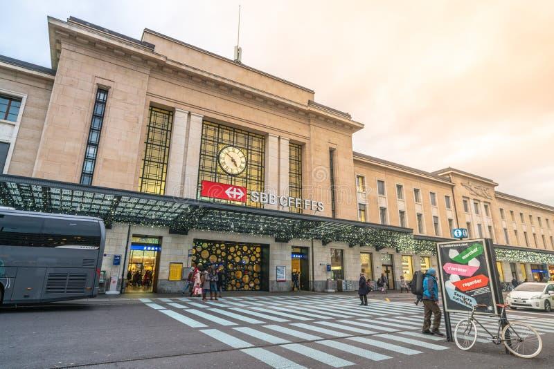 Främre sikt över järnvägsstationen i Geneve Cornavin, den viktigaste tågstationen för SBB i Genève i Schweiz royaltyfria foton