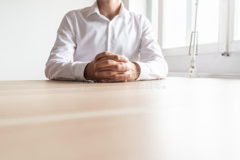 Främre sikt av affärsmannen som sitter på hans kontorsskrivbord fotografering för bildbyråer