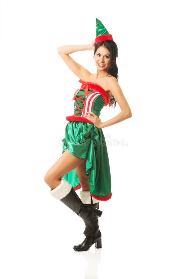 Främre sikt av bärande älvakläder för härlig kvinna som trycker på hennes huvud fotografering för bildbyråer