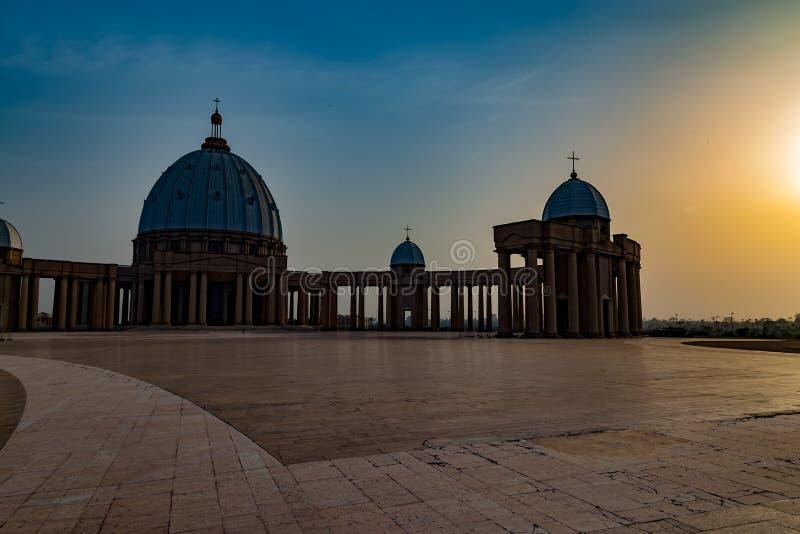 Främre sikt av basilikan av vår dam av fred med inställningssolen till det västra royaltyfri foto