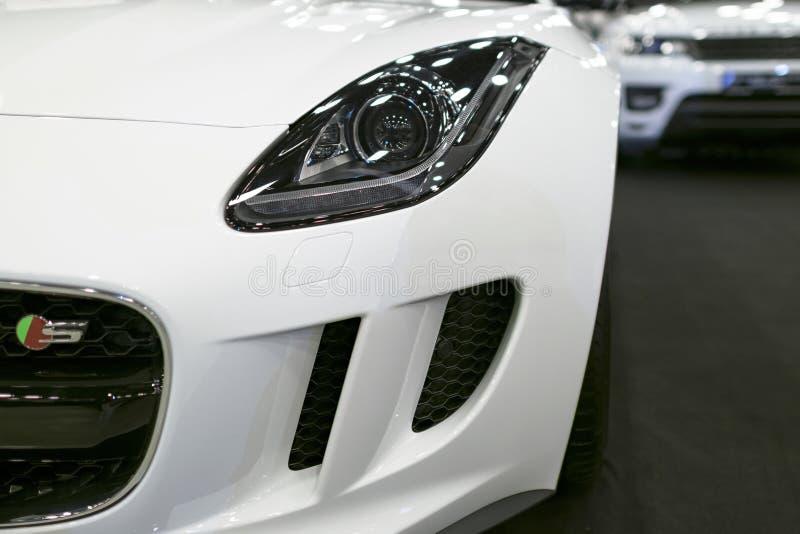 Främre sikt av billyktaJaguar F-typ kupé S 2017 Bilyttersidadetaljer arkivbild
