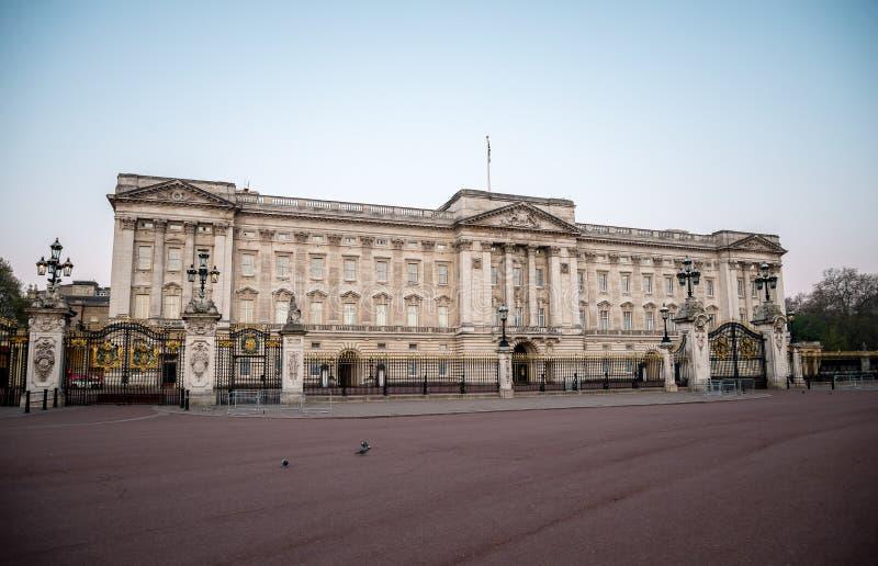 Främre sikt av Buckingham Palace tidigt på morgonen i London arkivbilder