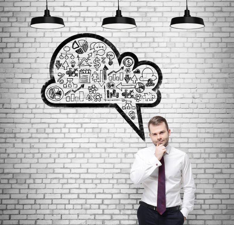 Främre sikt av confidenmanen, student, som tänker om nya affärsidéer Utdraget moln med affärssymboler på fotografering för bildbyråer