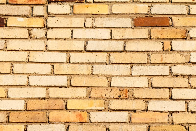 Främre sikt av den bruna byggande tegelstenväggen arkivbild