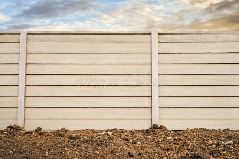 Främre sikt av den färdiggjutna betongväggen på den nya bottenvåningen, fabrikstillverkad delarna till cementsammansättningvägg ö royaltyfri fotografi