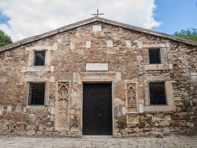 Främre sikt av den forntida stenarmenierkyrkan arkivfoton