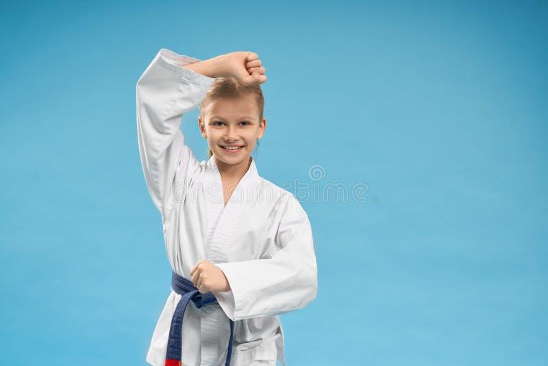 Främre sikt av av den gladlynta flickan i den vita kimonot arkivfoto