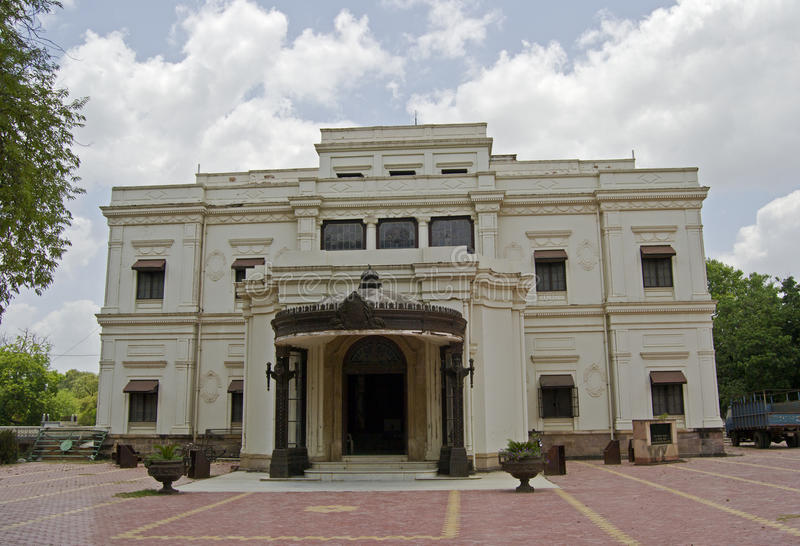 Främre sikt av den historiska Lalbagh slotten Indore royaltyfria bilder