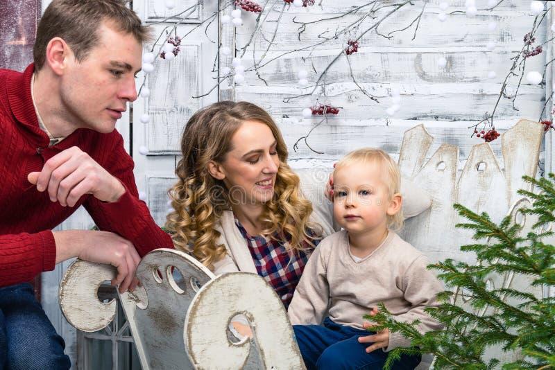 Främre sikt av den lyckliga familjen: mamma, farsa och liten son Nätt son fotografering för bildbyråer