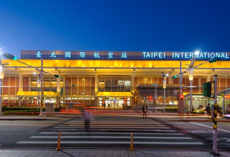 Främre sikt av den songshan flygplatsen på natten royaltyfria bilder