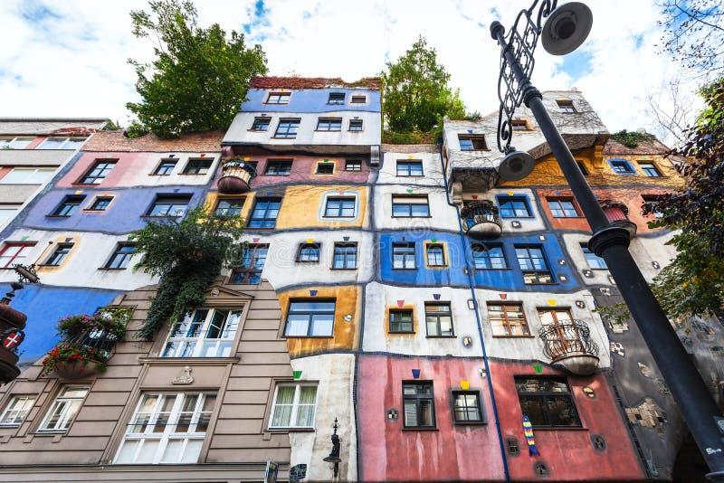 Främre sikt av det Hundertwasser huset i Wien arkivbild