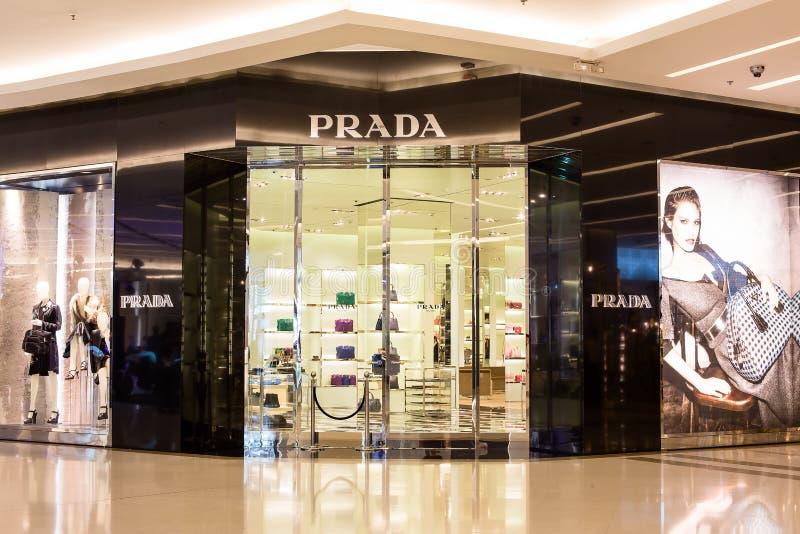 Främre sikt av det Prada lagret i Siam Paragon Mall, Bangkok royaltyfri fotografi