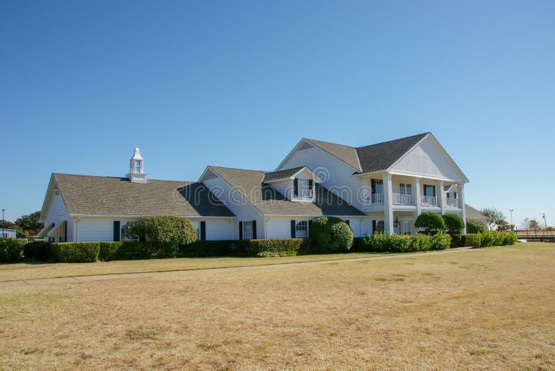 Främre sikt av det Southfork ranchhuset, Parker, Texas, Förenta staterna Ranchen visas i TV-serie Dallas arkivfoton