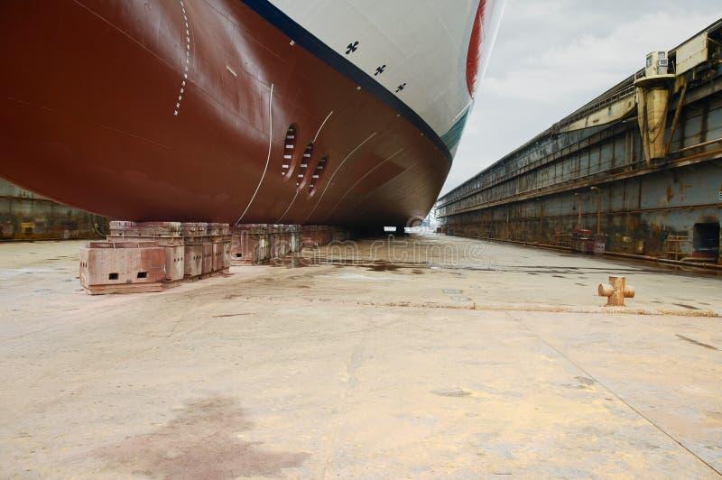 Främre sikt av det stora kryssningskeppet på den torra skeppsdockan arkivfoto