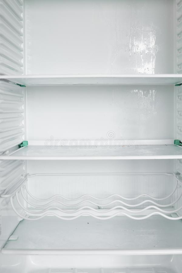 Främre sikt av det tomma kylskåpet som hemma blir royaltyfria foton