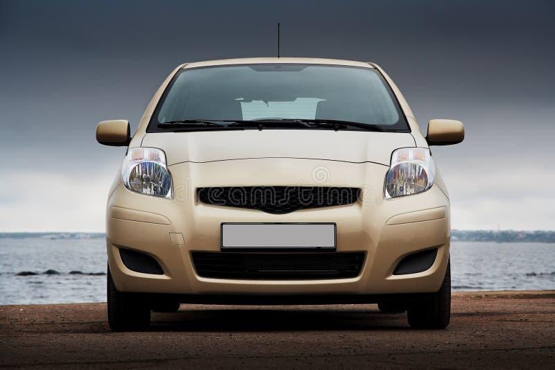 Främre sikt av en beige bil arkivfoto