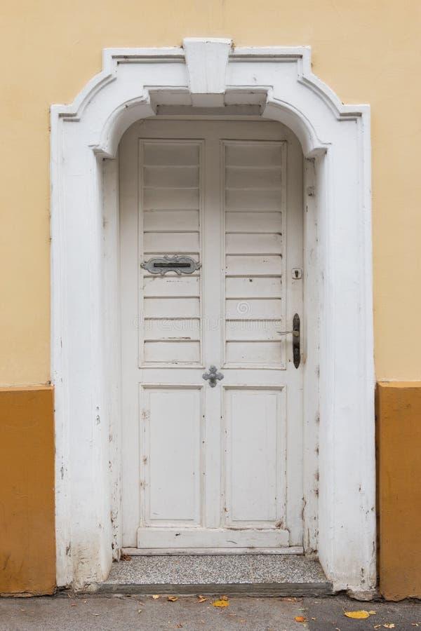 Främre sikt av en gammal lantlig vit ytterdörr, Zagreb royaltyfria bilder