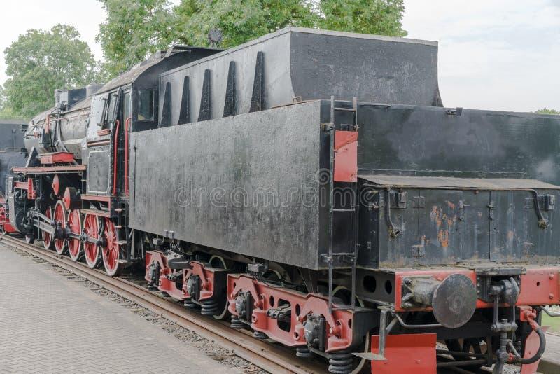 Främre sikt av en gammalmodig ångalokomotiv royaltyfria foton