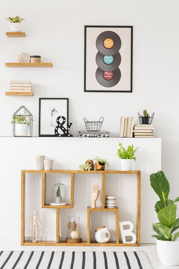 Främre sikt av en idérik bokhylla med garneringar, hyllor på royaltyfria foton