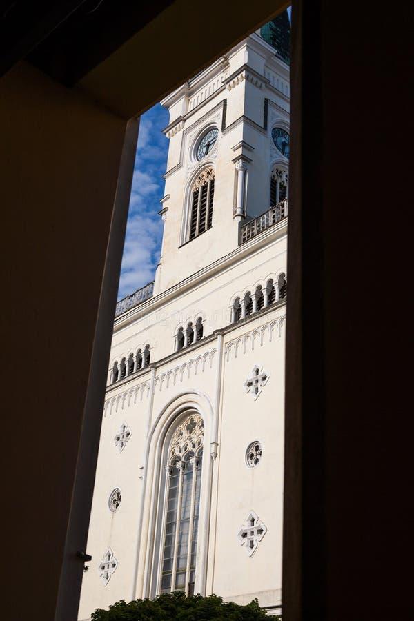 Främre sikt av en katolsk kyrka fotografering för bildbyråer