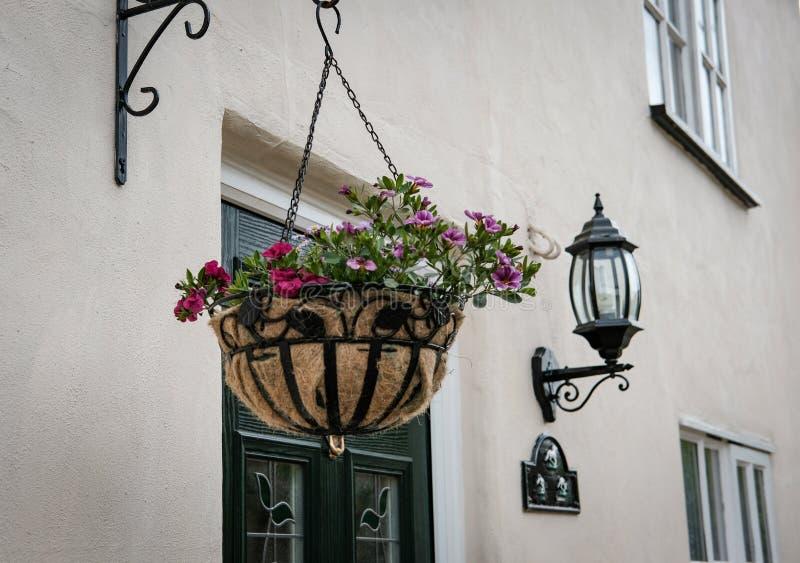 Främre sikt av en lyxig fristående stuga som visar dess hängande korg och säkerhetslykta arkivbild