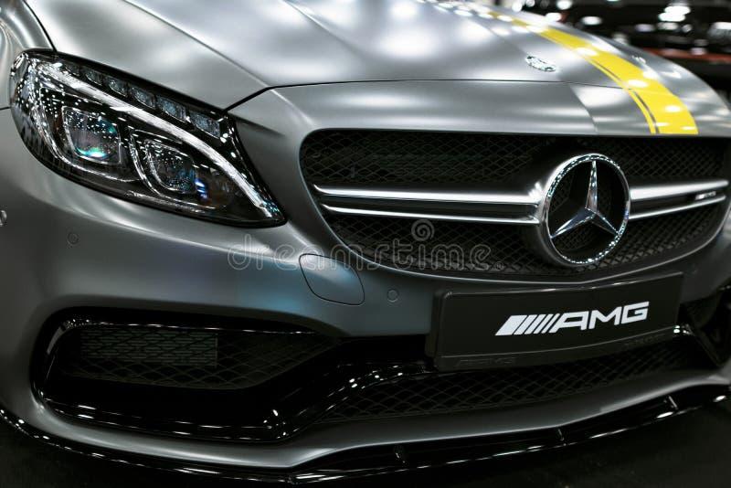 Främre sikt av en Mercedes Benz C 63s AMG kupé 2017 främre billykta Mörk Matt färg Bilyttersidadetaljer arkivbilder