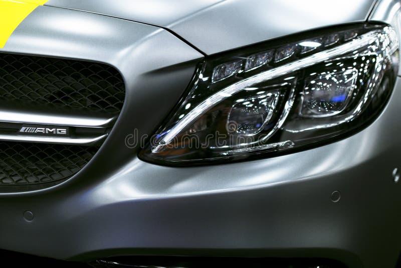 Främre sikt av en Mercedes Benz C 63s AMG kupé främre billykta Mörk Matt färg Bilyttersidadetaljer arkivbilder