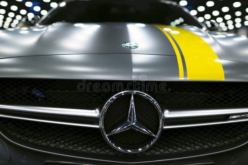Främre sikt av en Mercedes Benz C 63s AMG kupé 2017 främre billykta Mörk Matt färg Bilyttersidadetaljer arkivbild