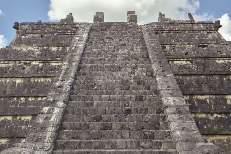 Främre sikt av en pyramid 2 royaltyfri foto