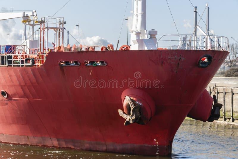 Främre sikt av en röd oljetanker royaltyfri foto