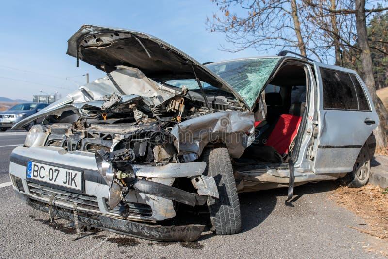 Främre sikt av en skadade Volkswagen Golf efter sidosammanstötning royaltyfri bild