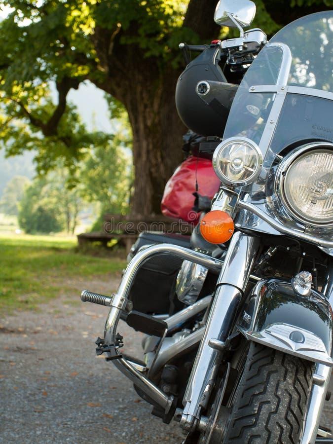 Främre sikt av en stående motorcykel fotografering för bildbyråer