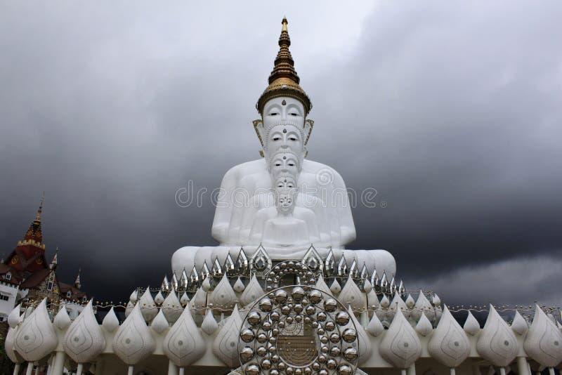 Främre sikt av fem sittande vita Buddha och en molnig himmel på Pha Sorn Kaew, i Khao Kor, Phetchabun, Thailand arkivbild