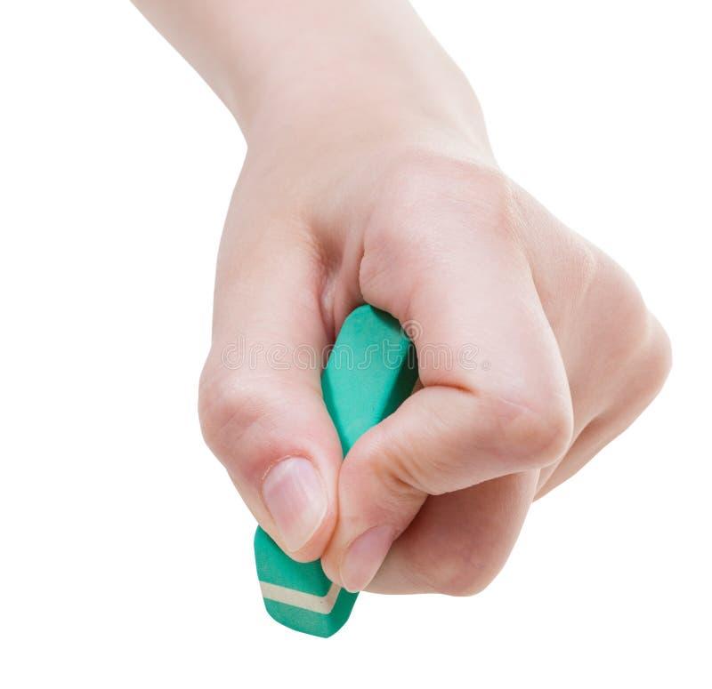 Främre sikt av handen med slut för rubber radergummi upp arkivfoton