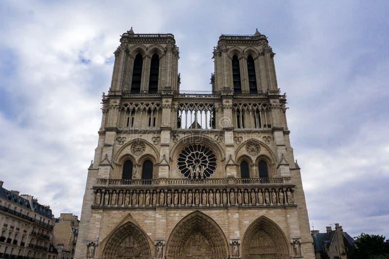 Främre sikt av Notre Dame i Paris, Frankrike royaltyfri fotografi