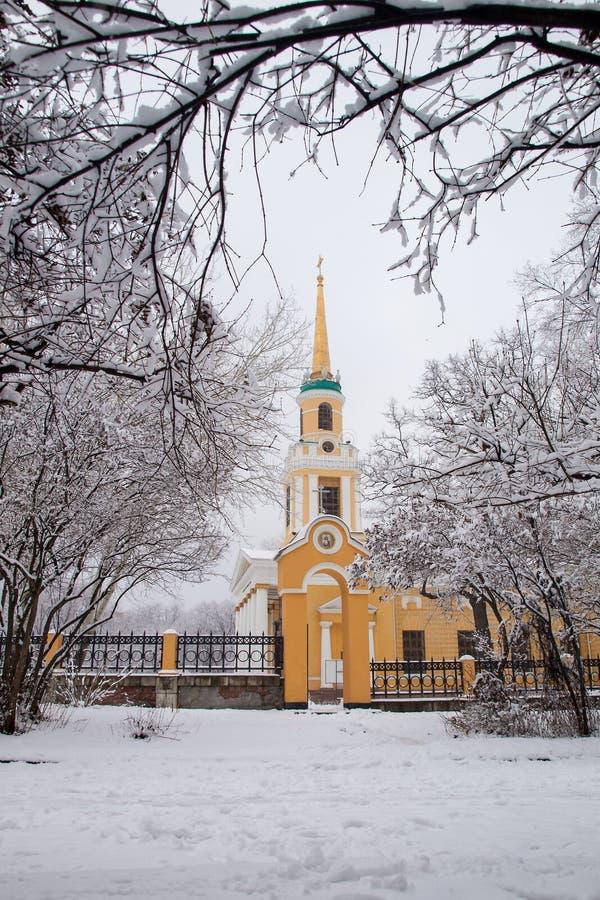 Främre sikt av omgestaltningdomkyrkan för ortodox kyrka i Dnipr royaltyfria bilder