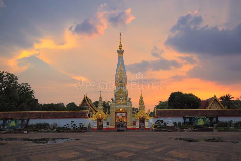 Främre sikt av Phra som phanonpagoda& x27; östlig port för s arkivbild