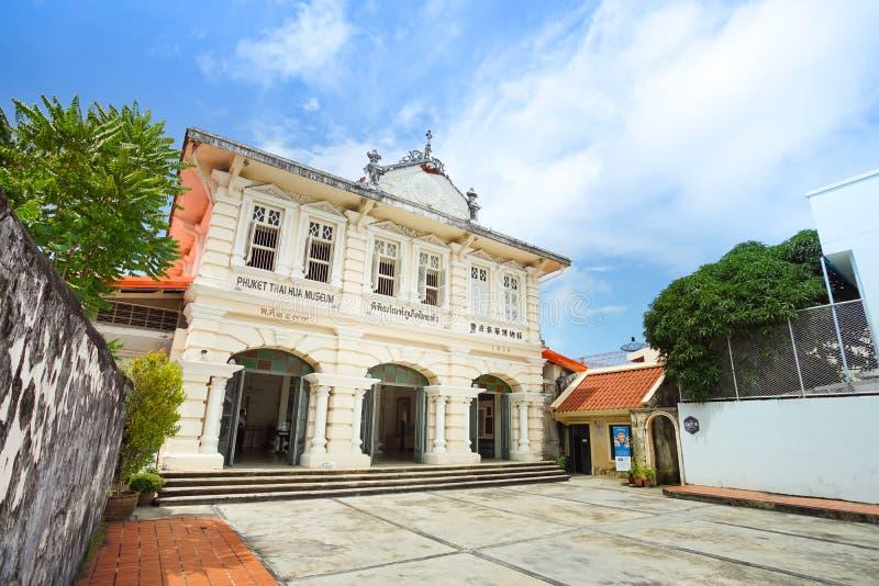 Främre sikt av Phuketen thailändska Hua Museum i Phuket, Thailand fotografering för bildbyråer
