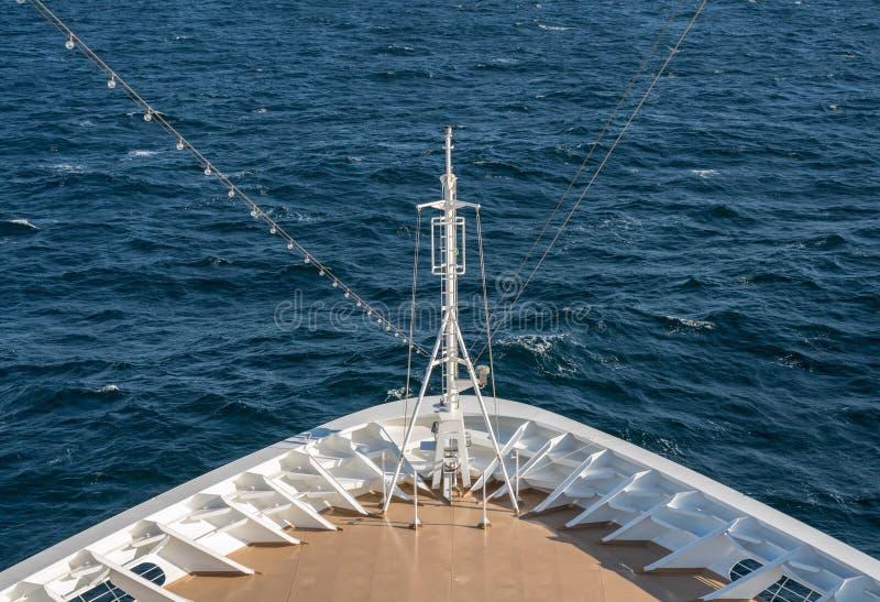 Främre sikt av pilbågen av fartyget som går till och med vågorna på blåsig dag fotografering för bildbyråer