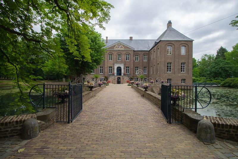 Främre sikt av slotten Arcen och den omgeende naturen för blommor för vatten grön och arkivbild