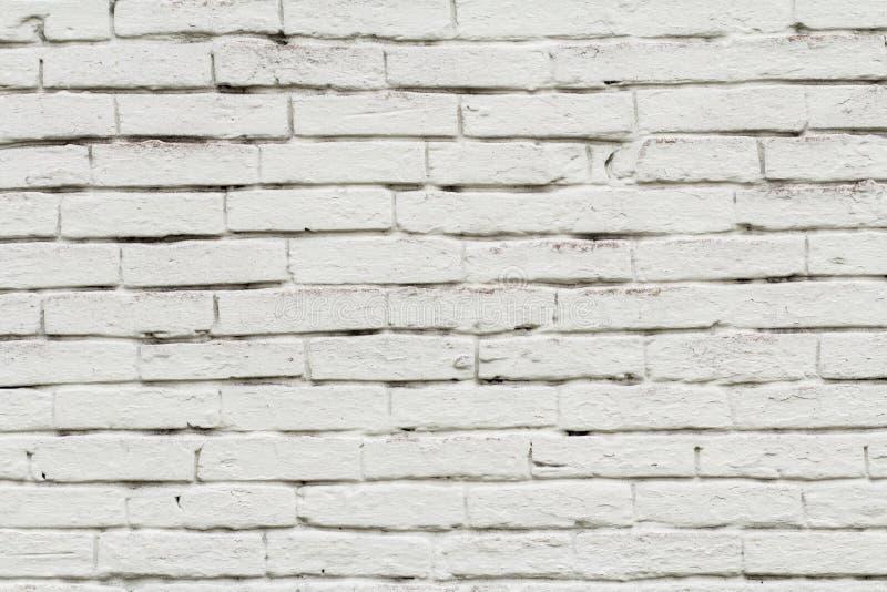Främre sikt av tegelstenväggen som målas i vit färg arkivbilder